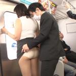 痴漢ビデオ 電車の中でお尻を触られる熟女