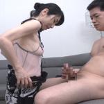 スケベな動画 ニヤニヤしながらチンコを舐める熟女